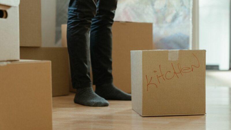 Jak przygotować dom na sprzedaż spakowane pudła gotowe do wywiezienia do magazynku