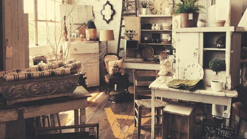 pokój z różnymi starymi przedmiotami, składowisko Ci od nieruchomości